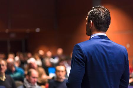 発表企業のビジネス会議での話。会場に観客。ビジネスと起業家のイベントです。