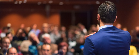 speaker: Vista trasera del altavoz de dar una charla en la Conferencia de negocios corporativa. Audiencia en la sala de conferencias. Negocios y Emprendimiento evento. composici�n panor�mica. Foto de archivo