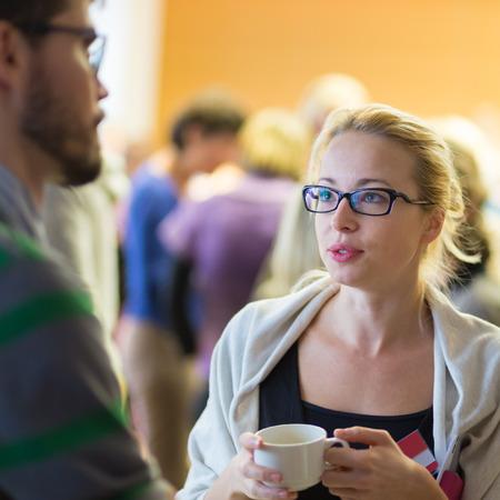 socializando: Peoplegathering y socializar durante la pausa para el café en conferencia de reunión. Negocios y el espíritu empresarial. Foto de archivo