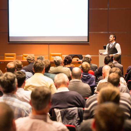Spreker op Business Conference en presentatie. Publiek bij de conferentiezaal. Bedrijfsleven en ondernemerschap. Stockfoto