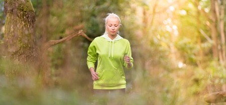 gente adulta: Pretty young girl runner in the forest.  Running woman. Female Runner Jogging during Outdoor Workout in a Nature. Beautiful fit Girl. Fitness model outdoors. Weight Loss. Healthy lifestyle.