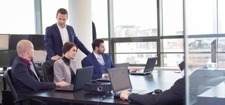 ブレーンストーミングのビジネス人々 と近代的なオフィスの職場。ビジネスマン、会議中にラップトップに取り組んでいます。 写真素材 - 55566107