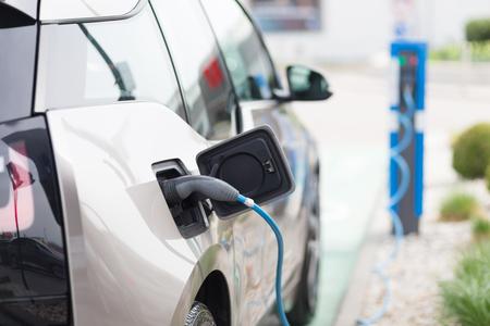 Stromversorgung für Elektroauto-Lade. Elektro-Auto-Ladestation. Nahaufnahme von der Stromversorgung in ein elektrisches Auto gesteckt wird geladen. Standard-Bild