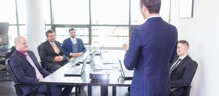 Hombre de negocios haciendo una presentación en la oficina. Ejecutivo de la empresa la entrega de una presentación a sus colegas durante la reunión o de la propia formación empresarial, explicando los planes de negocio a sus empleados. Foto de archivo - 56430207