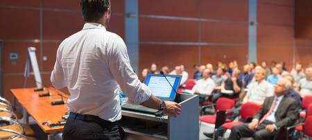 termine: Referent einen Vortrag über Corporate Business Conference geben. Publikum im Konferenzsaal. Business and Entrepreneurship Veranstaltung. Panorama-Zusammensetzung. Lizenzfreie Bilder