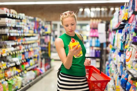 Mooie blanke vrouw winkelen schoonmakers bij supermarkt. Stockfoto