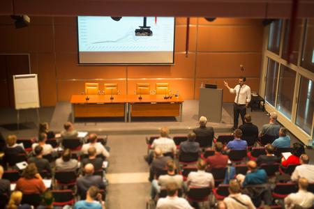 Altavoz dar una charla en la sala de conferencias en el evento de negocios. Audiencia en la sala de conferencias. Y Creación de Empresas. Inclinación cambio desenfoque efect.