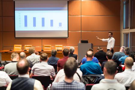 termine: Referent einen Vortrag im Konferenzsaal im Business-Event geben. Publikum im Konferenzsaal. Business and Entrepreneurship Konzept.
