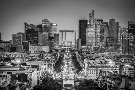 防衛: View of La Defence Paris business district from Place Charles De Gaulle at dusk. Black and white image.