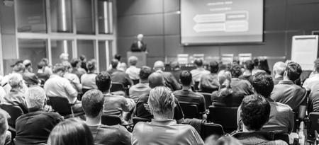 Gewerkschaftliche Beratungsausschusssitzung. Publikum im Konferenzsaal. Schwarz-Weiß-Bild. Standard-Bild - 63929119