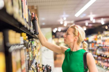 Bella caucasica spesa donna di shopping in un supermercato.