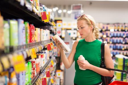 美しい白人女性のパーソナルケア製品のスーパー マーケットでのショッピングします。