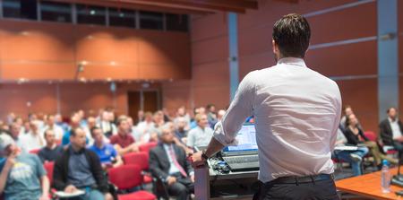 Altavoz dar una charla en la Conferencia de negocios corporativa. Audiencia en la sala de conferencias. Negocios y Emprendimiento evento. Foto de archivo - 61222444