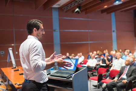 Speaker het geven van een lezing over corporate Business Conference. Publiek bij de conferentiezaal. Business and Entrepreneurship evenement.