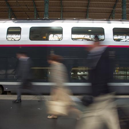 地下鉄駅で電車。人々 に来るまたは鉄道を残して駅プラットフォームです。モーション ブラー。都市生活。