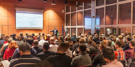 Głośnik dając wykład w sali konferencyjnej podczas spotkania biznesowego. Publiczność w sali konferencyjnej. Pojęcie działalności gospodarczej i przedsiębiorczości. Zdjęcie Seryjne