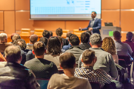 Altavoz dar una charla en la sala de conferencias en el evento de negocios. Audiencia en la sala de conferencias. Concepto de negocios y el espíritu empresarial.