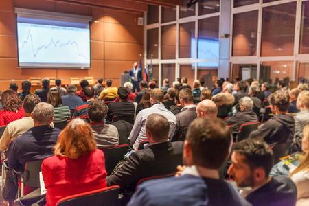 비즈니스 이벤트에서 컨퍼런스 홀에서 말하는 스피커. 컨퍼런스 홀에서 관객입니다. 비즈니스 및 기업 개념입니다.