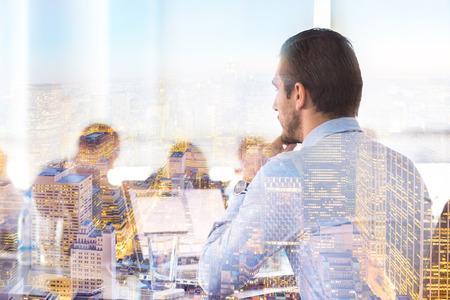 reunión del equipo en la oficina corporativa conteporary. De negocios que trabaja en el ordenador portátil. Sus luces de la ciudad de Nueva reflejo en la ventana. concepto de éxito del negocio.