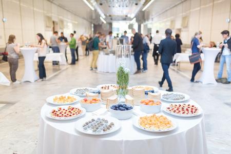 Kaffeepause auf Konferenz Sitzung mit Desserts für die Teilnehmer. Unternehmen und Unternehmertum.