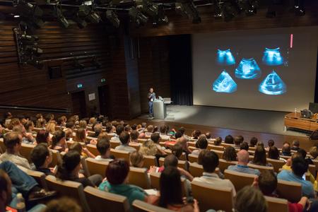 Referent einen Vortrag über wissenschaftliche Konferenz zu geben. Publikum im Konferenzsaal. Business and Entrepreneurship Konzept.