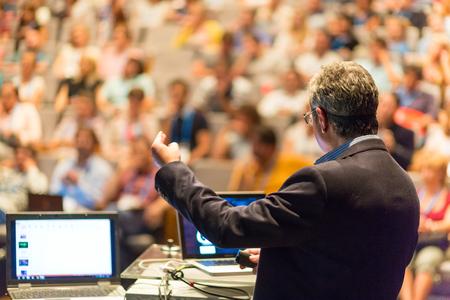 educadores: Altavoz dar una charla en la Conferencia de negocios corporativa. Audiencia en la sala de conferencias. Negocios y Emprendimiento evento. Foto de archivo