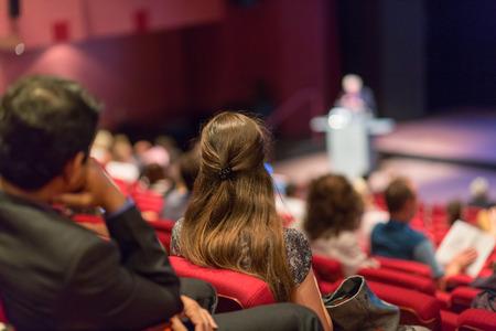 Conferentie en presentatie. Publiek bij de conferentiezaal. Bedrijfsleven en ondernemerschap. Faculteit lezing en workshop. Publiek in de collegezaal. Academisch onderwijs. Student het maken van aantekeningen.