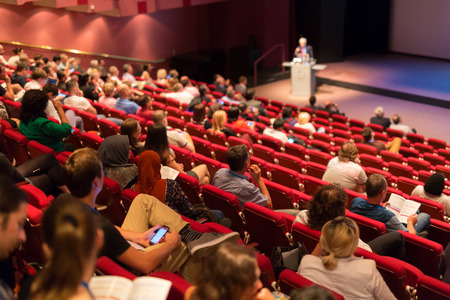 Konferenz und Präsentation. Publikum im Konferenzsaal. Und Mittelunternehmen. Fakultät Vortrag und Workshop. Publikum im Hörsaal. Akademische Ausbildung. Student macht Notizen.