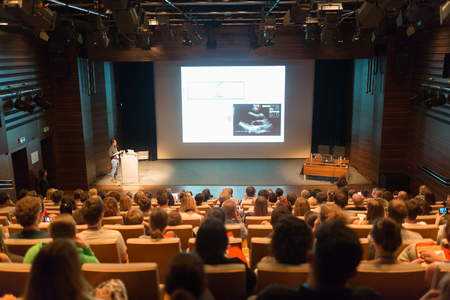 Président donnant une conférence sur la conférence scientifique. Audience à la salle de conférence. D'affaires et le concept de l'esprit d'entreprise.