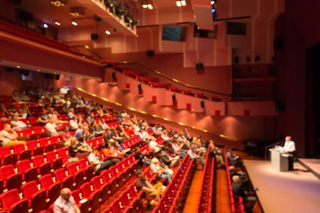 Blured imagen del orador dando una charla en la conferencia científica. Audiencia en la sala de conferencias. Concepto de negocios y el espíritu empresarial.
