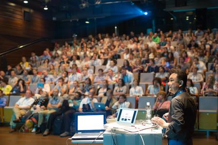 Président donnant une conférence sur la conférence scientifique. Audience à la salle de conférence. Affaires et événements Entrepreneurship.