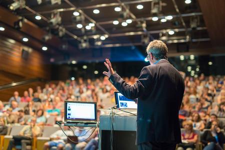 Président donnant une conférence sur la Conférence d'affaires des entreprises. Audience à la salle de conférence. Affaires et événements Entrepreneurship. Banque d'images - 65018075