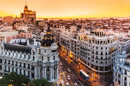Panoramiczny widok z lotu ptaka Gran Via, głównej ulicy handlowej w Madrycie, stolicy Hiszpanii, Europa.