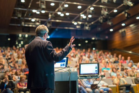 Speaker het geven van een lezing over corporate Business Conference. Publiek bij de conferentiezaal. Business and Entrepreneurship evenement.