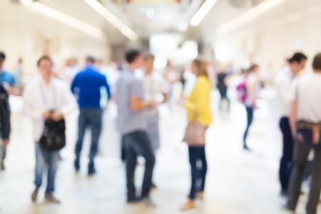 socializando: personas enmascarado abstracto socialización durante la pausa para el café en la reunión de negocios o una conferencia.