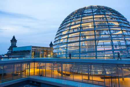 Illuminated glass dome on the roof of the Reichstag in Berlin in the late evening. Stockfoto