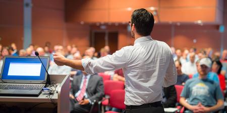 Altavoz dar una charla en la Conferencia de negocios corporativa. Audiencia en la sala de conferencias. Negocios y Emprendimiento evento. composición panorámica. Foto de archivo - 68798634