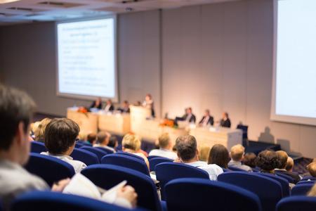 Altavoz dar una charla en la reunión de negocios. Audiencia en la sala de conferencias. Y Creación de Empresas. Centrarse en las personas irreconocibles desde la parte posterior. Foto de archivo