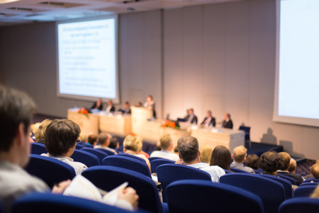 Président Donner une conversation lors de la réunion d'affaires. Audience dans la salle de conférence. Et de l'entrepreneuriat. Focus sur les personnes méconnaissables de l'arrière. Banque d'images