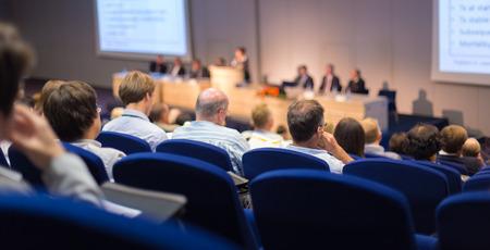 Altavoz dar una charla en la reunión de negocios. Audiencia en la sala de conferencias. Y Creación de Empresas. Centrarse en las personas irreconocibles desde la parte posterior.