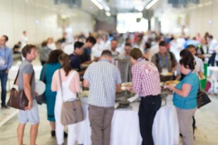 personas enmascarado abstracto socialización durante el almuerzo buffet en la reunión de negocios o una conferencia.