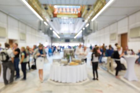 personas enmascarado abstracto socialización durante el almuerzo buffet en la reunión de negocios o una conferencia. Foto de archivo