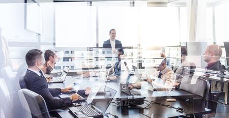 jefe de equipo exitoso y propietario de la empresa líder en la reunión de negocios en la empresa. La gente de negocios que trabajan en las computadoras portátiles en primer plano y de vidrio reflexiones. Concepto de negocios y el espíritu empresarial.