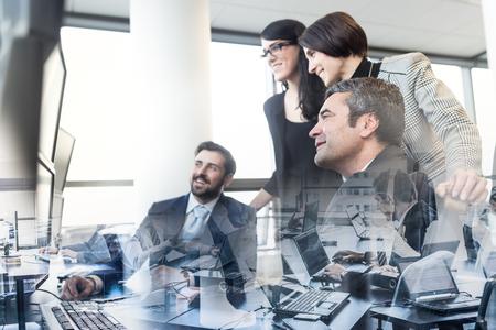 equipo de negocios que buscan en los datos sobre múltiples pantallas de ordenador en la oficina corporativa. La gente de negocios de comercio en línea. Negocio, el espíritu empresarial y el concepto de trabajo en equipo.