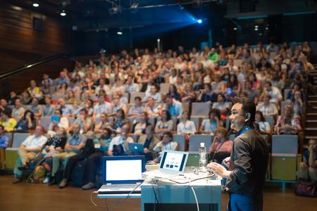 Président donnant une conférence sur la conférence scientifique. Audience à la salle de conférence. Affaires et événements Entrepreneurship. Banque d'images - 74631378