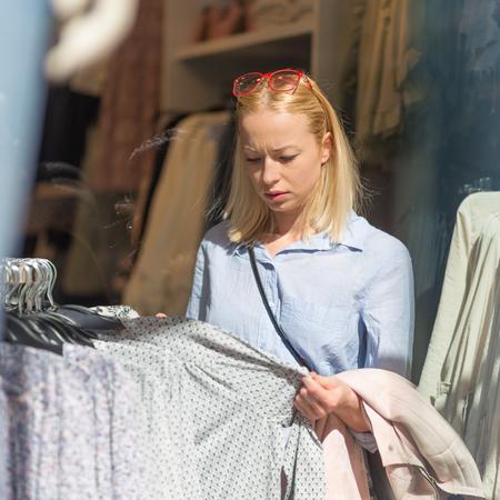 Zoek Kleding.Vrouw Winkelen Kleren Vrouwelijke Klant Op Zoek Naar Modieuze