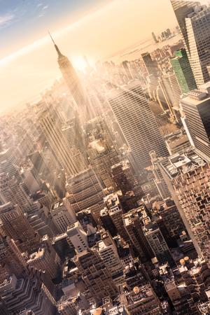 ニューヨーク市。マンハッタンのダウンタウンのスカイライン照らされたエンパイア ・ ステート ・ ビルディングや夕暮れ高層ビル。垂直方向の組
