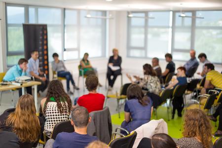 Table ronde au colloque des entreprises et de l'entrepreneuriat. Audience dans la salle de conférence. Lens focus sur le participant non reconnu dans l'arrière du public. Banque d'images - 77404070