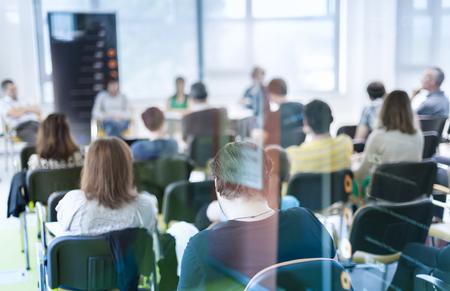 ビジネスと起業家のシンポジウムでディスカッション。会議ホールの観客。観客の後方に認識されない参加者にレンズのフォーカス。トラフのガラ