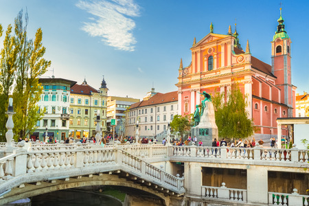 Romantic Ljubljanas city center: river Ljubljanica, Triple Bridge, Tromostovje, Preseren square and Franciscan Church of the Annunciation. Ljubljana, Slovenia, Europe. Banco de Imagens